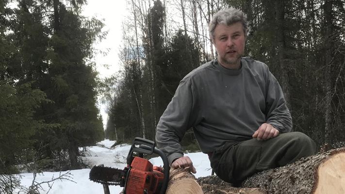 """""""Ensi talvenakin tarvitaan polttopuita, siihen ei Korona tai ilmastonmuutos vaikuta. Onneksi vappuna oli vielä hyvät ajokelit ja 90 senttiä lunta."""" Toteaa Perussuomalaisten Lapin piirin puheenjohtaja Juhana Kelloniemi 2.5.2020"""